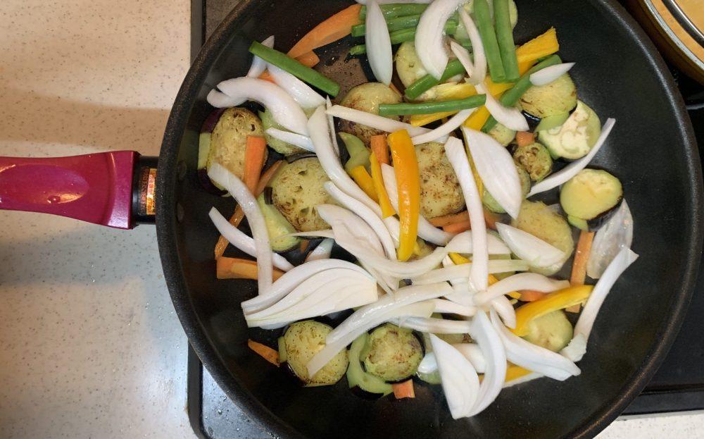 彩り野菜と揚げ鶏のさっぱり甘辛黒酢炒め 作り方