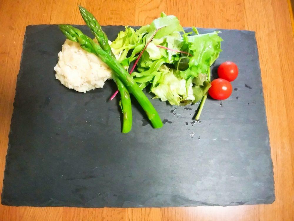 野菜を皿に盛り付ける